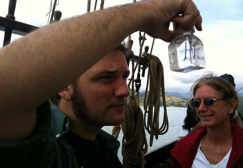 Paraty expedition - Kevin Zelnio examines plankton from the net aboard Tocorimé as Patricia Miloslavich looks on